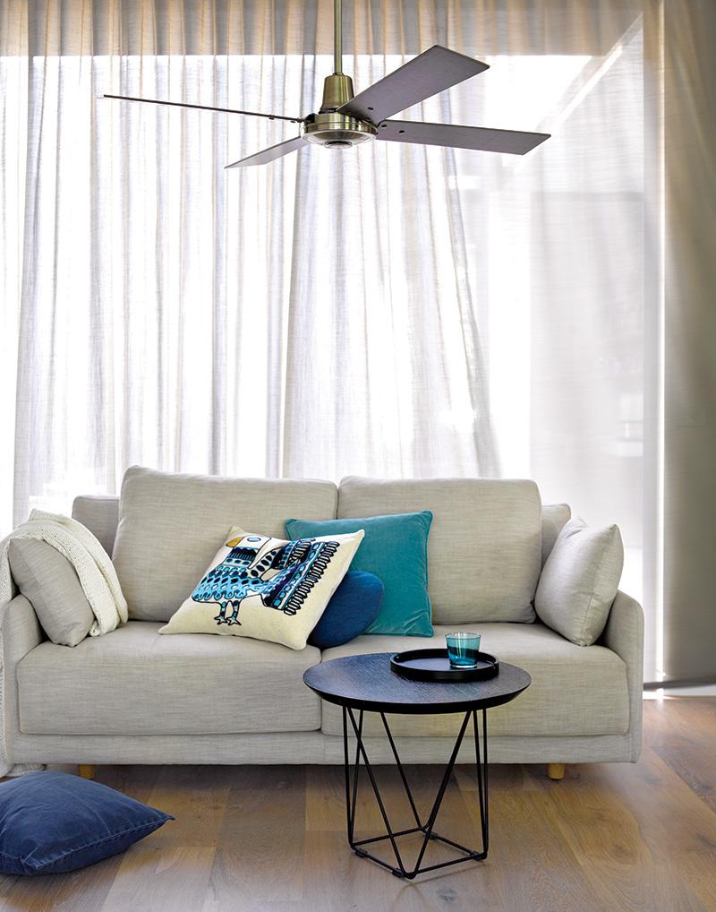 Aluminium'-houten ventilator in woonkamer