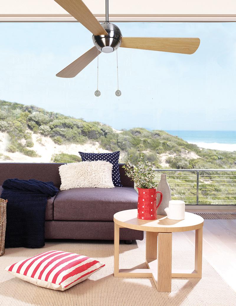 Aluminium-houten ventilator met verlichting in woonkamer