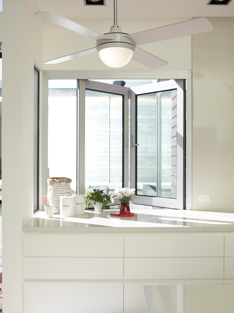 Witte ventilator met verlichting in keuken