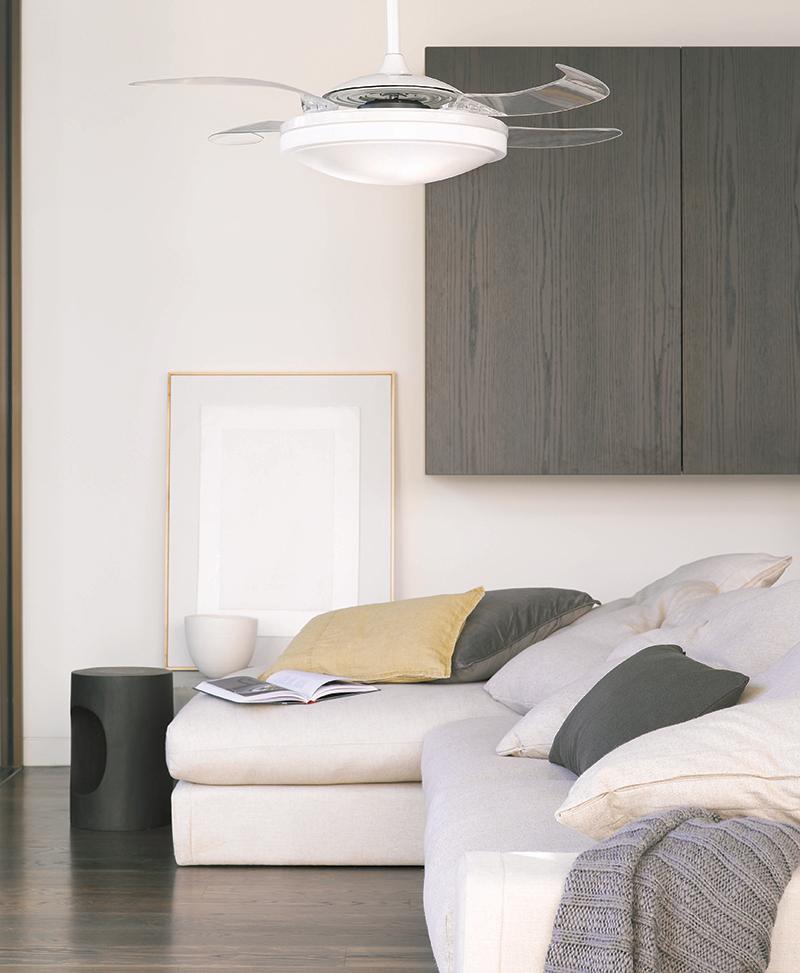 Transparante ventilator met verlichting in woonkamer