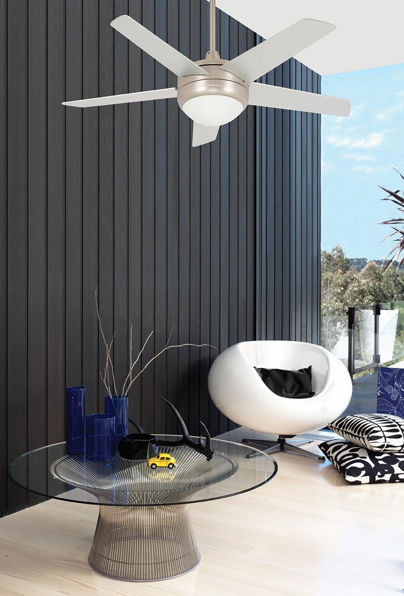 Witte ventilator met verlichting in woonkamer