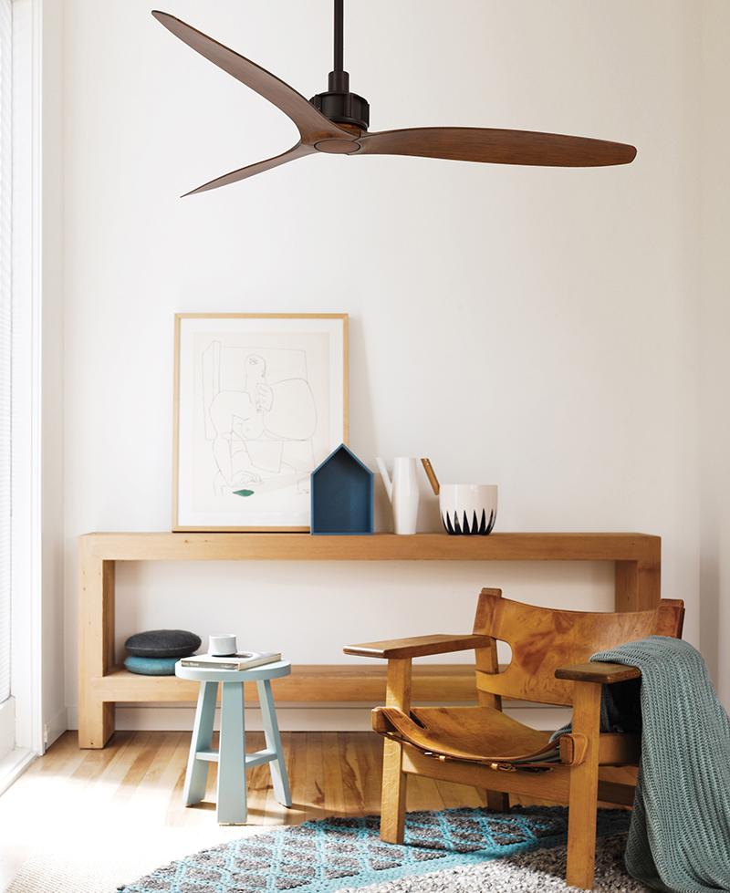 Houten ventilator in woonkamer