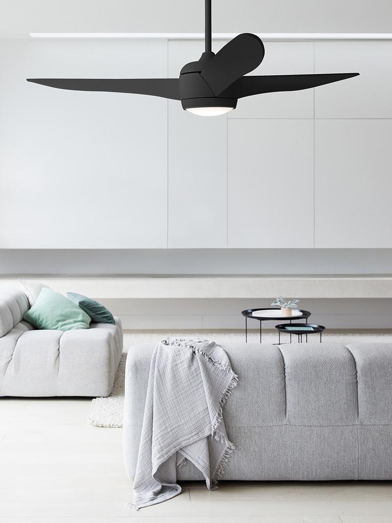 Zwarte ventilator in woonkamer